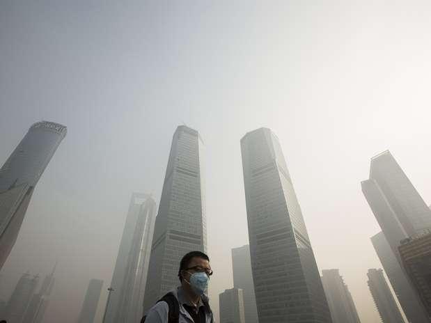 Chineses lidam diariamente com a poluição. Na imagem, morador de Xangai usa máscara para se proteger dos efeitos  Foto: Reuters