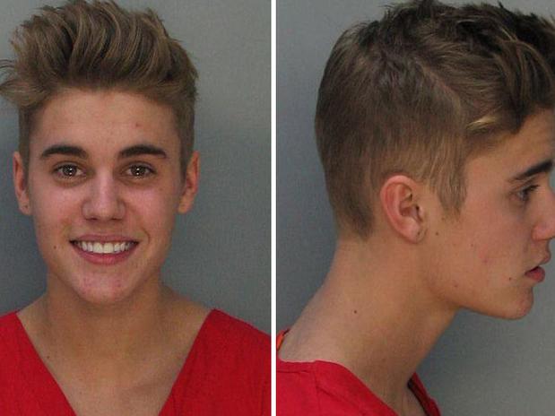 Em foto divulgada pela polícia local, Justin Bieber sorri após prisão Foto: Reprodução