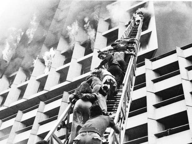 Vítimas do incêndio são resgatadas pela escada do Corpo de Bombeiros Foto: Jornal do Brasil/Arquivo / Reprodução