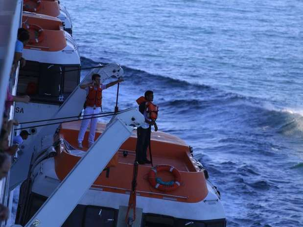 Funcionários do navio MSC Preziosadurante momento em que tentavam localizar supostohomem ao mar Foto: Osmar Portilho / Terra
