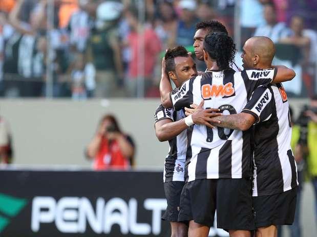 Jogadores do Atlético-MG comemoram virada no clássico com o América-MG Foto: Cristiane Mattos / Futura Press