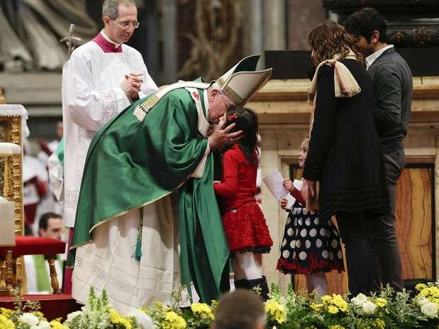 Papa Francisco beija uma criança durante missa dominical na Basílica de São Pedro Foto: Reuters