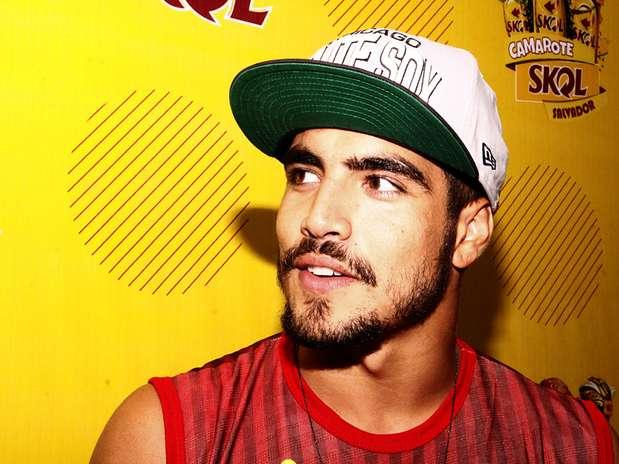 O galã Caio Castro, agora de cabelo raspado, apareceu de boné no Camarote Skol Foto: Fernanda Sanjuan/PrimaPagina