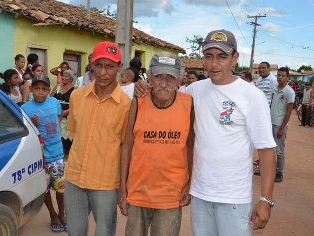 Pai ao lado dos filhos, que desconfiaram das diferenças físicas do corpo enviado pela funerária Foto: Blog do Anderson / Divulgação