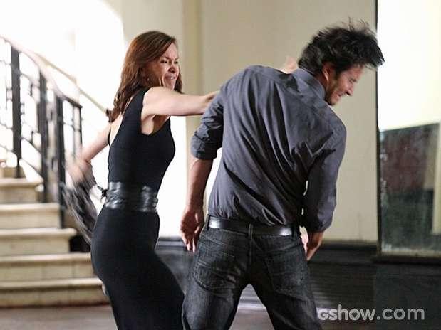 Em cena exibida em fevereiro, Laerte culpou Helena por ciúme que ele sentia, os dois trocaram farpas e tapas Foto: TV Globo / Divulgação