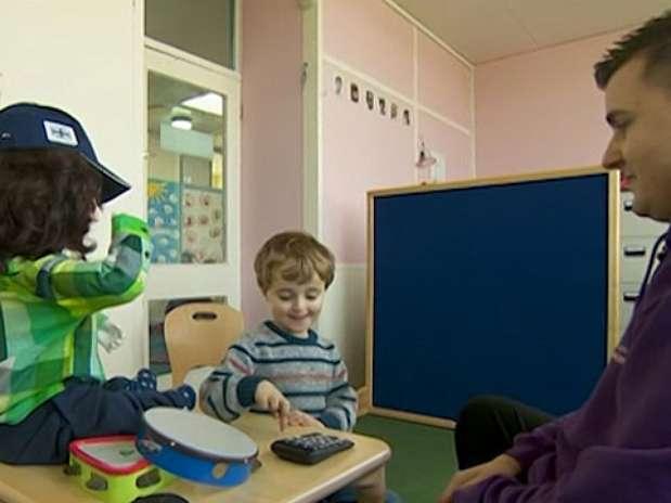 Os professores notaram uma melhora na forma como algumas crianças se comunicam após meses de experimento com robô Foto: BBCBrasil.com