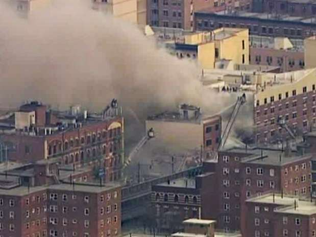 Moradores da região contaram que ouviram uma explosão em um dos apartamentos do edifício que desabou Foto: AP