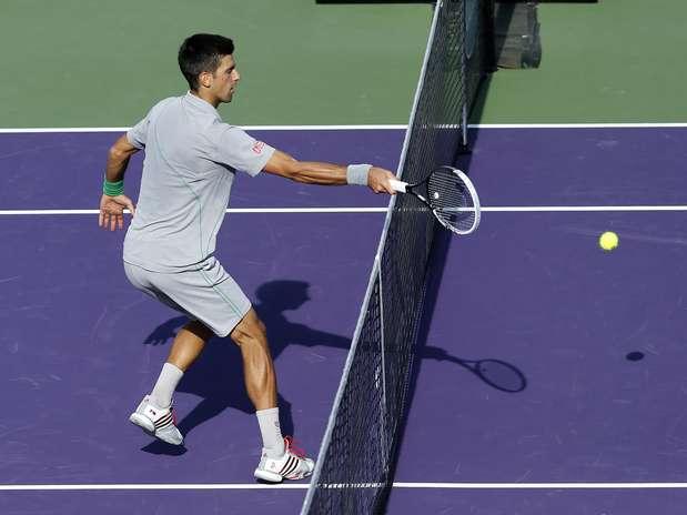 Imagem mostra a invasão de Djokovic no ponto polêmico da partida Foto: AP