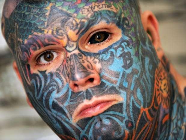 Matthew Whelan, de Birmingham, cobriu todo o corpo, incluindo o globo ocular, mas agora ele acredita que as sua aparência está fora de moda Foto: The Grosby Group