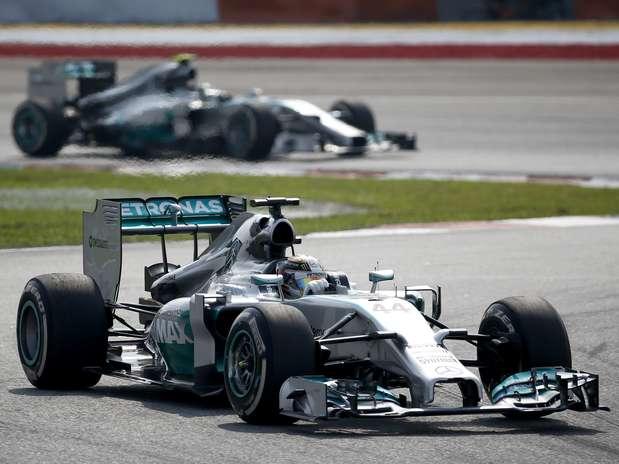 Britânico da Mercedes venceu, deixando Nico Rosberg em segundo Foto: AP