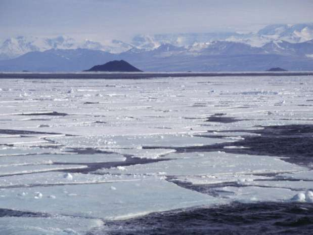 Pesquisadores estudaram rachaduras nas geleiras para calcular a descarga de gelo Foto: Getty Images