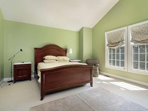 Parede verde cria clima aconchegante no quarto; confira