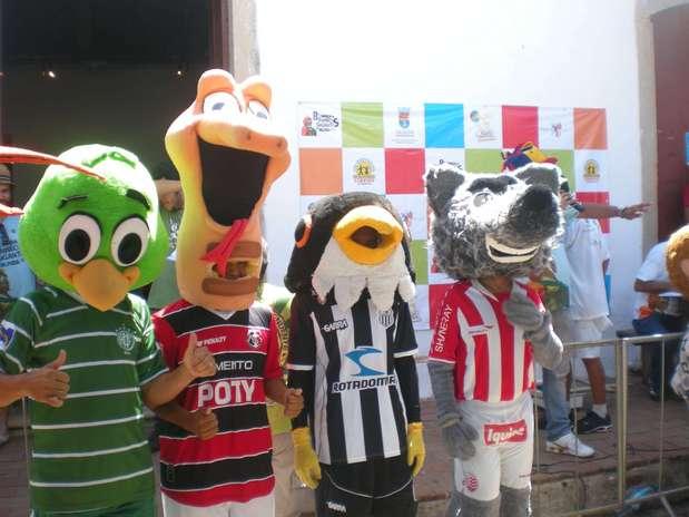 http://p2.trrsf.com/image/fget/cf/67/51/images.terra.com/2013/02/02/bonecos-dos-marcostes-fazem-pose-antes-da-corrida.JPG