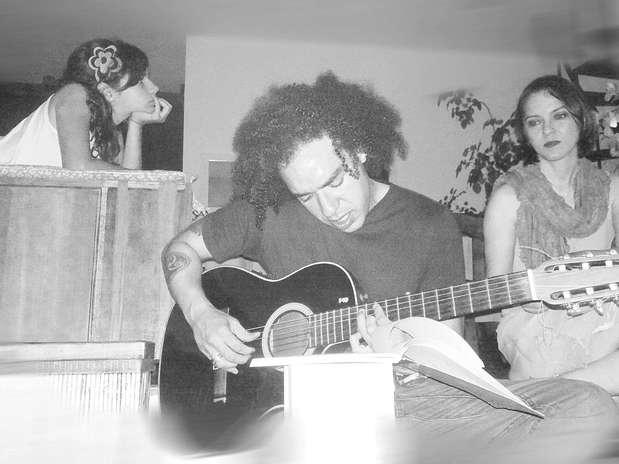 http://p2.trrsf.com/image/fget/cf/67/51/images.terra.com/2013/05/06/peu-sousa-guitarrista.jpg