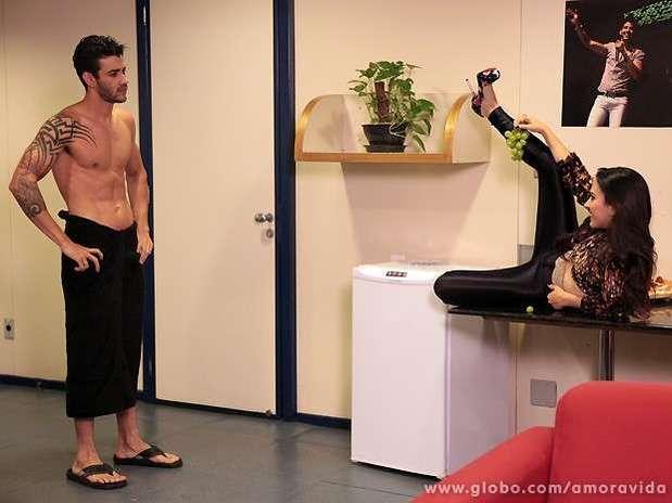 Valdirene não consegue convencer Gusttavo Lima de passar a noite com ela Foto: TV Globo / Divulgação