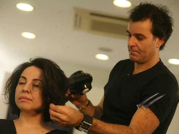 Ana Paula Arósio reaparece sem maquiagem em dia de corte