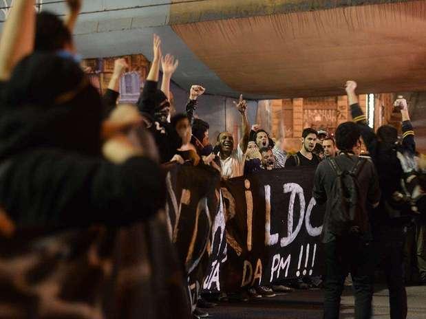 Manifestantes carregam faixa cobrando informações sobre o paradeiro do pedreiro Amarildo de Souza, desaparecido no Rio de Janeiro Foto: Ricardo Matsukawa / Terra
