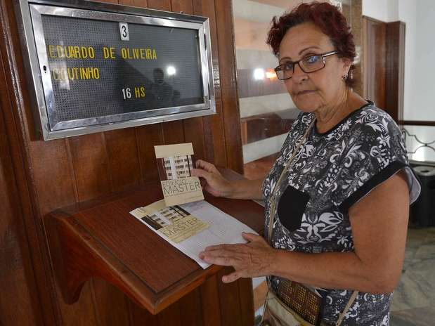 Vera Lucia Maciel Savelle, que participou do documentário Edifício Master, foi se despedir do cineasta Foto: Daniel Ramalho / Terra
