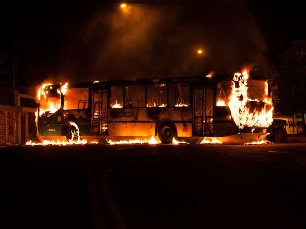 Quatro homens pararam o coletivo, pediram os passageiros descerem e atearam fogo no ônibus em Cidade Ademar Foto: Rafael Braescher / vc repórter