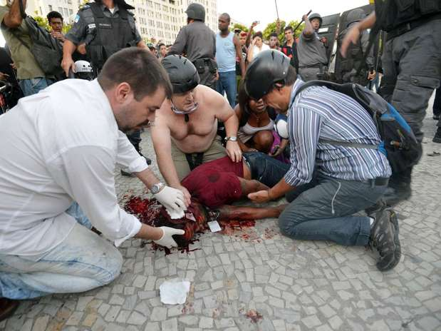 Um cinegrafista da Band ficou ferido depois que uma bomba estourou ao lado dele. Ele foi encaminhado ao Hospital Souza Aguiar Foto: Daniel Ramalho / Terra
