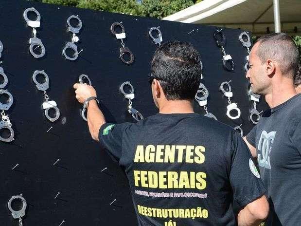 Policiais federais penduram algemas em protesto por aumento salarial Foto: Antonio Cruz / Agência Brasil