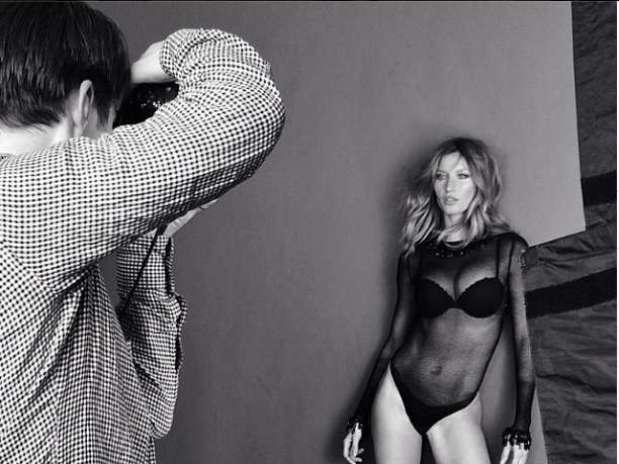 Modelo aparece em pose sensual durante ensaio de lingerie Foto: @giseleofficial / Instagram / Reprodução