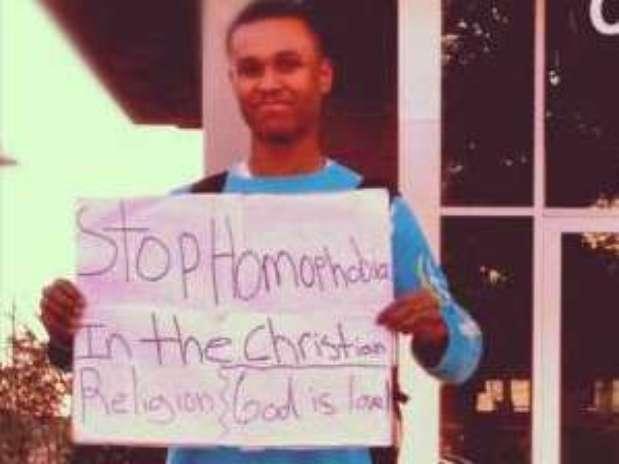 Em foto de 2012, Isaiah Smith aparece com um cartaz em que pede o fim da homofobia na religião Foto: Reprodução