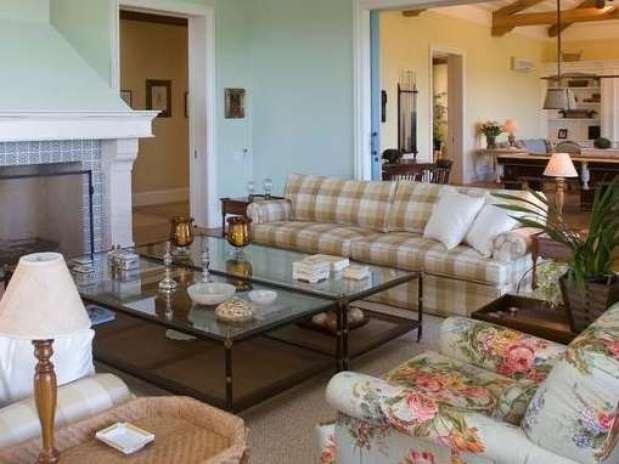 decoracao de interiores em estilo provencal:florais e cores suaves para decorar o seu sofá. Na foto, a mistura de