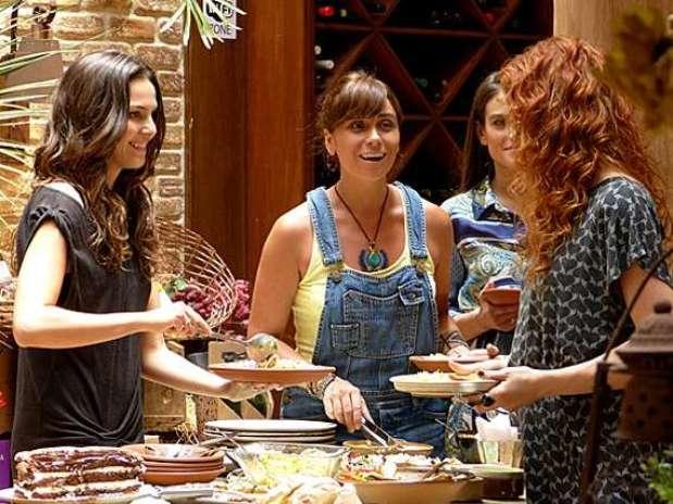Marina (Tainá Müller) tenta convencer Clara (Giovanna Antonelli)a posar nua Foto: TV Globo / Divulgação