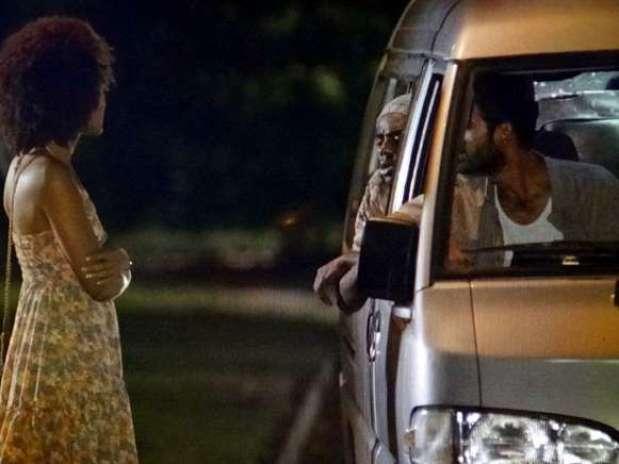 Neidinha (Jessica Barbosa) entra em uma van com três homens Foto: TV Globo / Divulgação