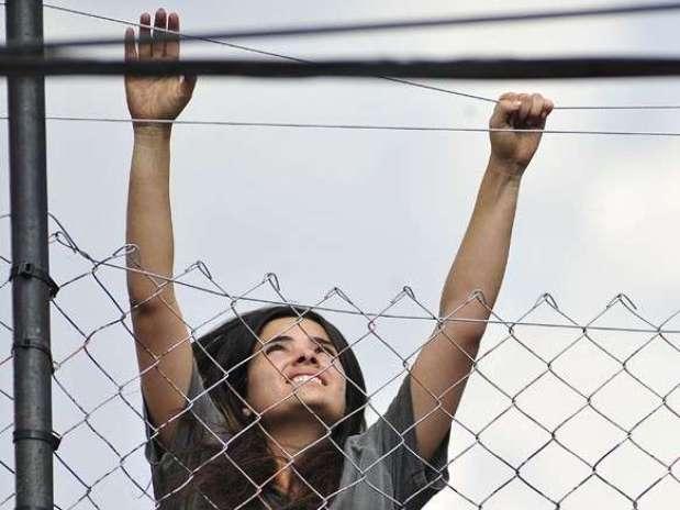 A vilã tenta fugir do presídio durante confusão Foto: TV Globo / Divulgação