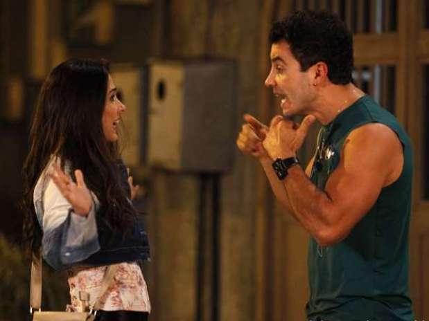 Carlito (Anderson Di Rizzi) vê Valdirene (Tatá werneck) beijando um médico e termina com ela Foto: TV Globo / Divulgação