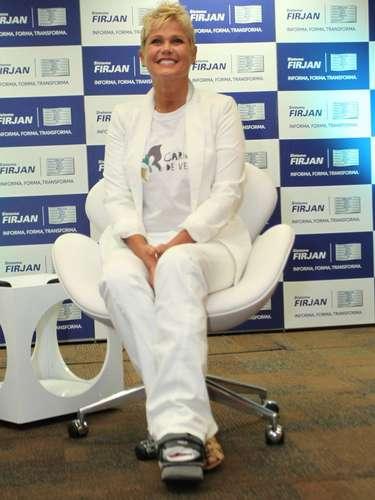Xuxa está com sesamoidite e, por isso,tem de usar bota ortopédica