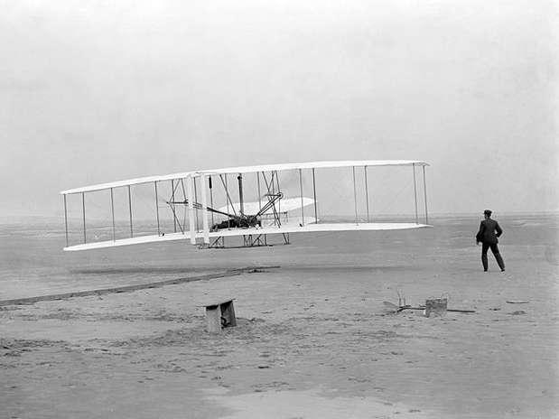 """O """"Flyer I"""" dos Irmãos Wright em 17 de dezembro de 1903: primeiros a voar, mas sem testemunhas Foto: Wikimedia"""