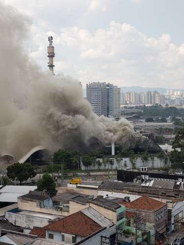 Segundo o Corpo de Bombeiros, vinte e cinco membros da corporação tiveram que ser encaminhados para o Hospital das Clínicas por inalação de fumaça
