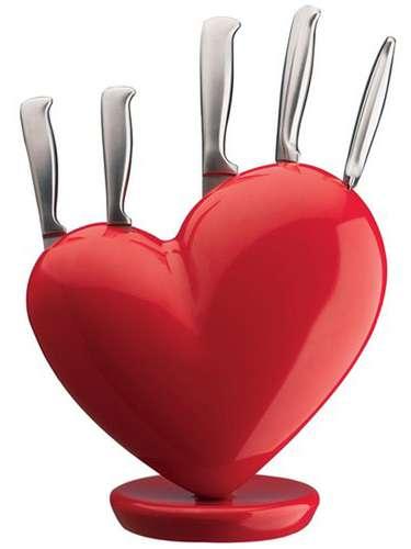 Existem diversos porta facas divertidos no mercado. O em formato de coração, da Benedixt, vem com uma faca para descascar, uma faca multiuso, uma faca de pão, uma faca trincherante e uma faca do Chef. O kit custa R$ 499,99 na Habitare Casa