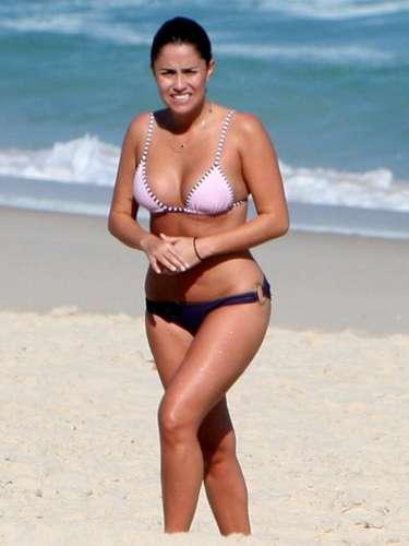 Fernanda Vasconcellos reforçou o bronzeado nas praias cariocas usando um biquíni de duas cores