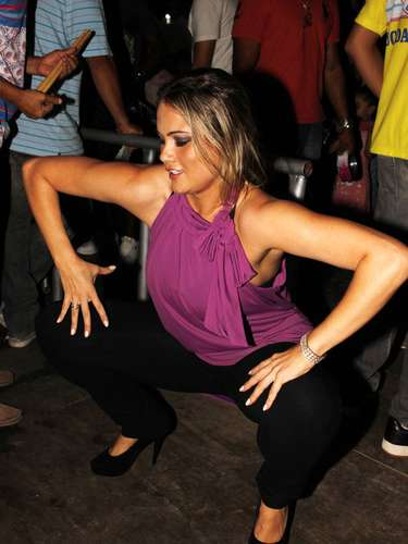 A atriz e modelo Ellen Roche dançou muito no ensaio da escola de samba Rosas de Ouro, localizada na Freguesia do Ó, zona norte de São Paulo