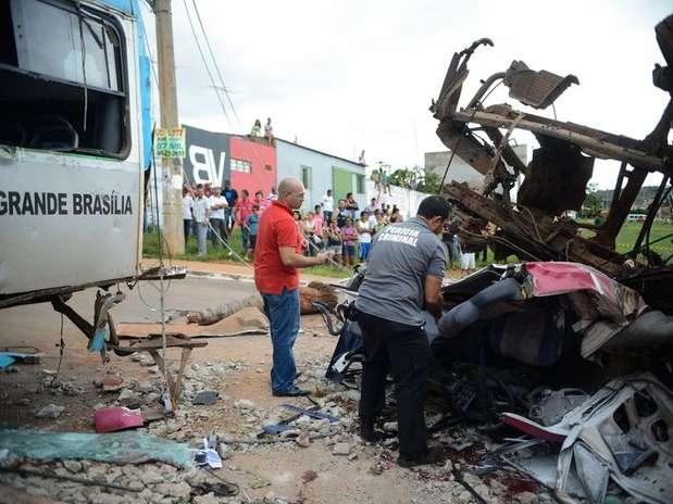 De acordo com a corporação, entre os mortos estavam dois ocupantes do caminhão e dois pedestres Foto: Fabio Rodrigues Pozzebom / Agência Brasil
