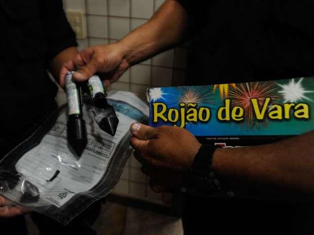 Polícia mostra rojões similares ao que teria atingido o câmera Foto: Fernando Frazão / Agência Brasil