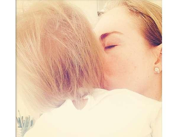 Angélica compartilhou com seus seguidores uma foto beijando a filha Eva, que completa um ano nesta quarta-feira (25) Foto: Instagram / Reprodução