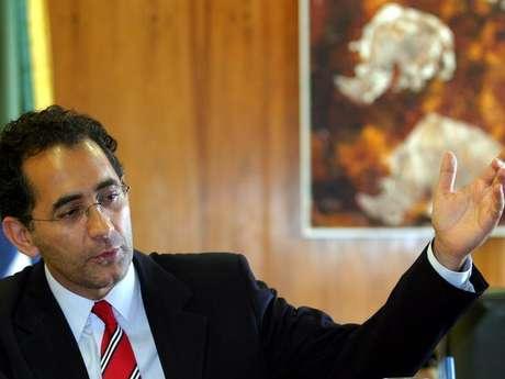 O então presidente da Câmara, João Paulo Cunha, fala em entrevista à Reuters em Brasília, em novembro de2004 Foto: Jamil Bittar / Reuters