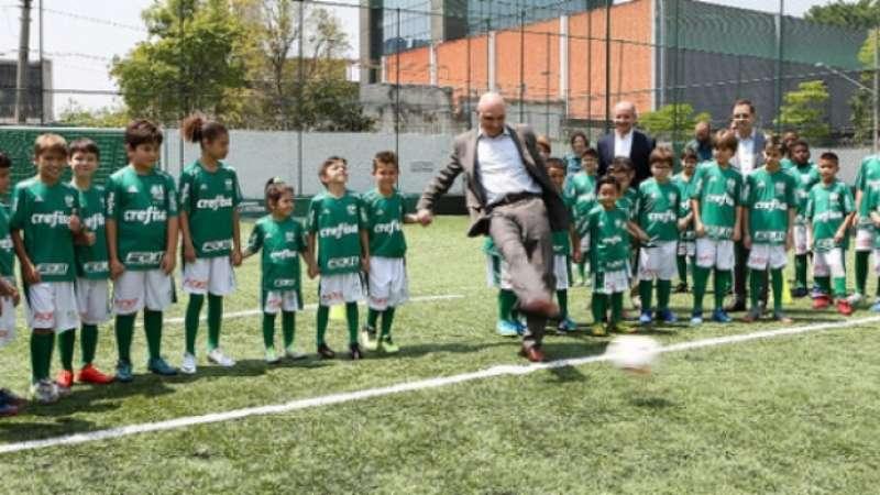 a8c2196936 Palmeiras abre escola de futebol com direito a aula de inglês aos jovens
