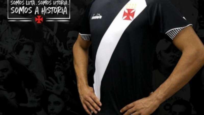 5df69b4da5cb4 Maioria da torcida do Vasco aprova novos uniformes do clube