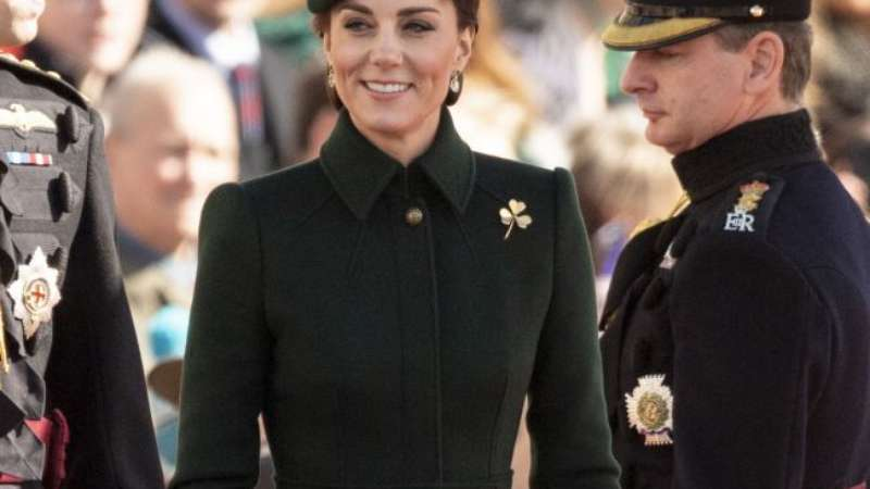 10052c39f Militarismo em alta! Kate Middleton usa trench coat McQueen em evento