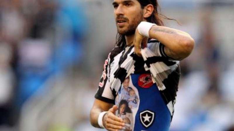 Aos 42 anos, recordista Loco Abreu chega ao 29º clube na carreira; Confira a trajetória do uruguaio
