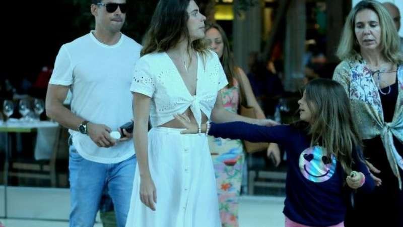 Em família! Cauã Reymond passeia com Mariana Goldfarb e a filha, Sofia, no RJ