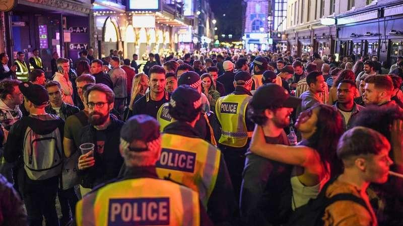 'Bêbados não cumprem distanciamento social', diz associação policial após bares reabrirem na Inglaterra – Terra
