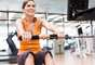 2. Haz ejercicio regularmente. Para bajar de peso, la combinación ideal es una dieta equilibrada y ejercicio. Trata de hacer ejercicio por lo menos cinco días a la semana. Las personas que bajan de peso y se mantienen queman por lo menos 2,800 calorías a la semana.