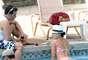 Angelique Boyer se sumergió en la piscina de su hotel con sus amigos actores.